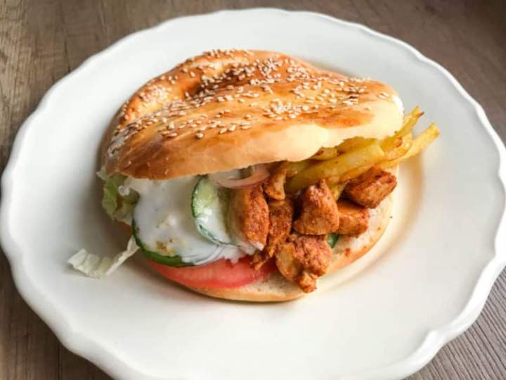Domowy kebab drobiowy w bułce z własnego wypieku
