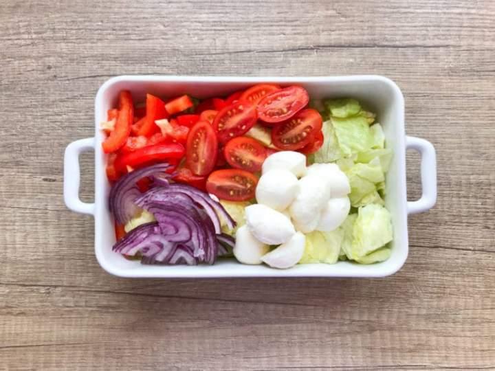 Sałatka z mozzarellą i sosem miodowo – musztardowym