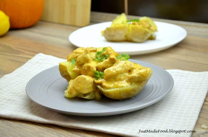 Pieczony ziemniak z kurczakiem w sosie kurkowym
