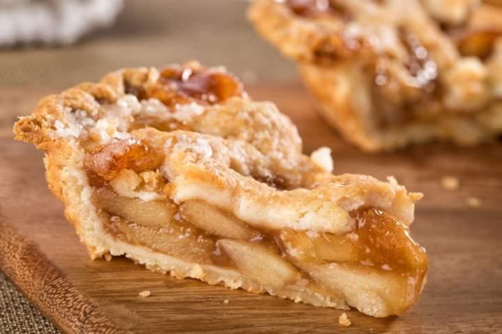 Proste ciasto z jabłkami, którym zaskoczysz rodzinę. Jak przygotować jabłecznik z kruszonką?