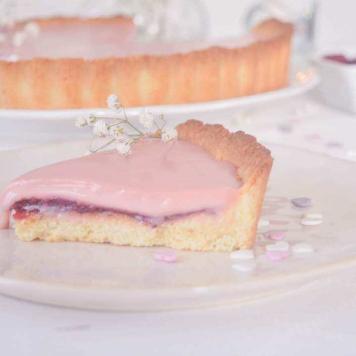 Glam shine wśród wypieków – Tarta z białą czekoladą z malinami na migdałowym spodzie – obłędna, różowa i super prosta
