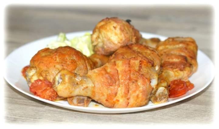 Pałki z kurczaka pieczone w boczku i miodowo-musztardowej marynacie