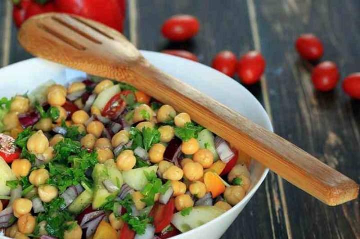 Śródziemnomorska sałatka z cieciorką, natką pietruszki i pomidorami.
