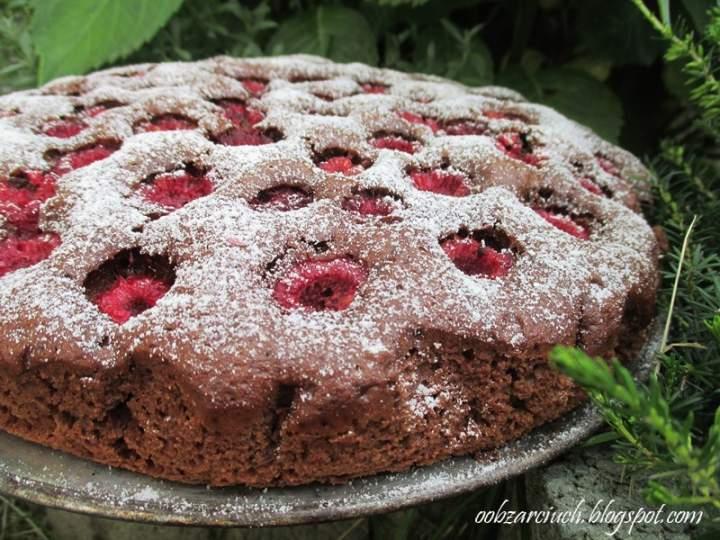 Czekoladowe ciasto z malinami