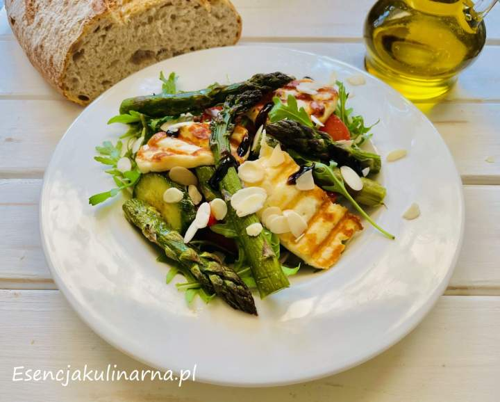 Sałatka z zielonymi szparagami i serem halloumi