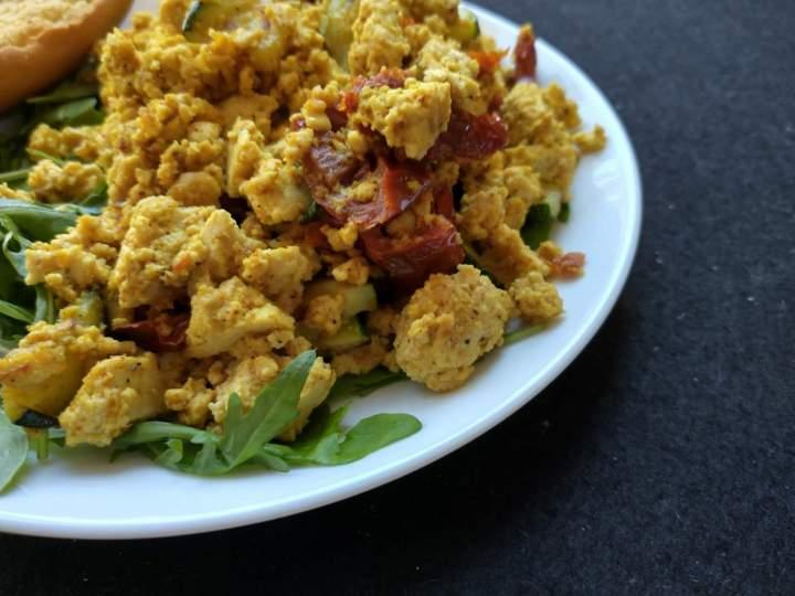 Tofucznica z suszonymi pomidorami i curry