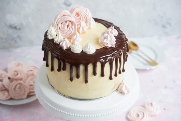 Tort urodzinowy czekoladowo-truskawkowy
