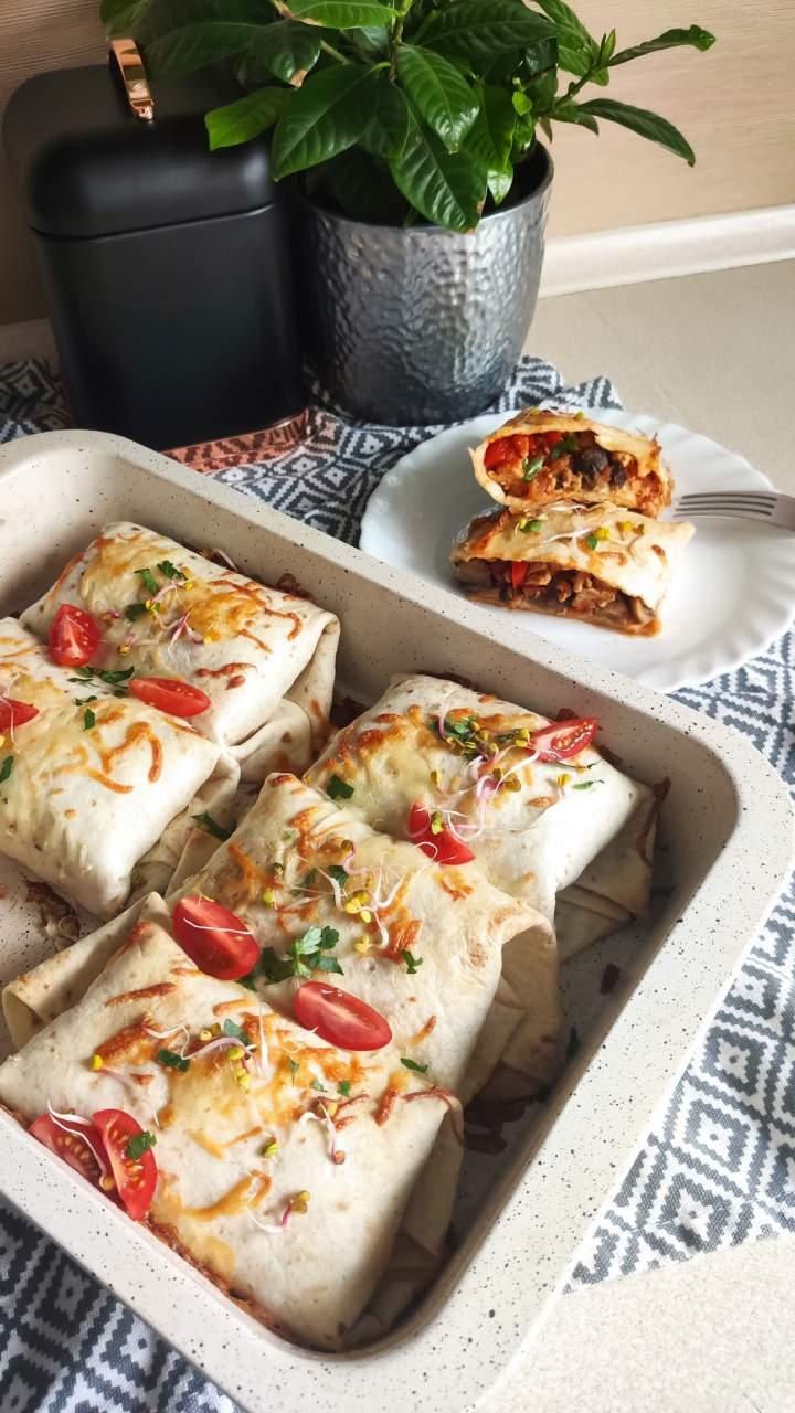 Tortilla zapiekana z mięsem mielonym i pieczarkami